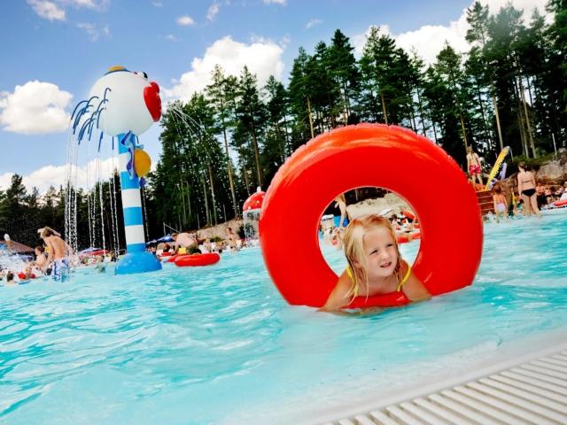 Bilde av liten jente som leker i basseng i Bø Sommarland